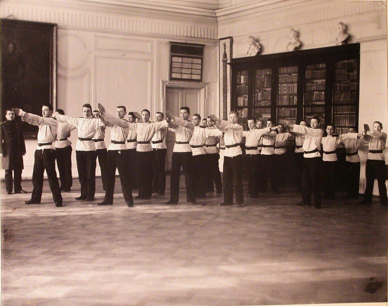 12. Воспитанники кадетского корпуса делают зарядку в актовом зале в перерыве между занятиями