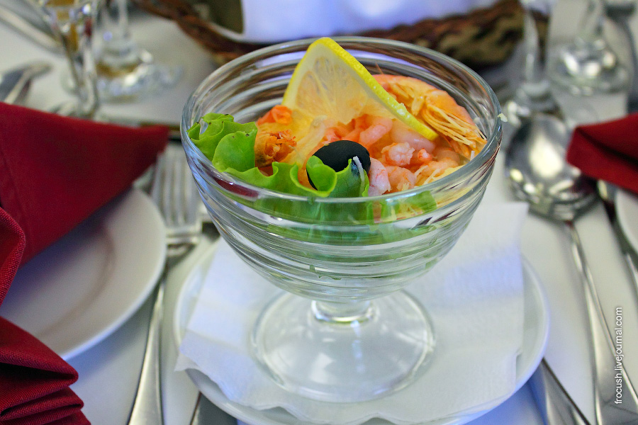 Салат — коктейль с креветками