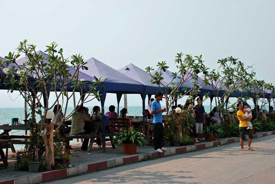 Рыбные ресторанчики в конце Джомтьена на повороте к Банампхе