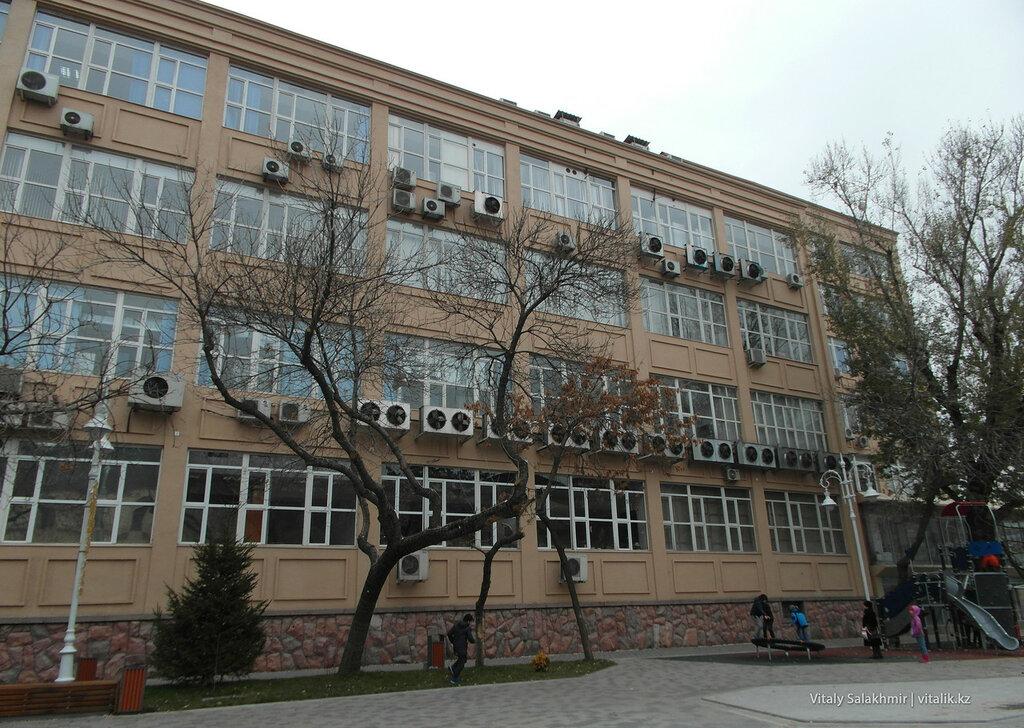 Кондиционеры на здании алматытелекома.
