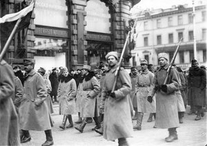 Военнопленные под конвоем идут по Невскому проспекту мимо дома акционерного общества Зингер