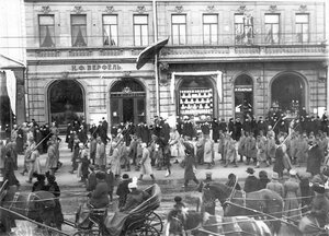 Австрийские военнопленные под конвоем идут по Невскому проспекту