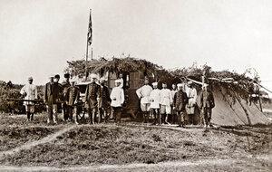 Руски генерал-щабни офицери и телеграфисти пред замаскирана кола на походния телеграф, щаб-квартирата на руската войска в село Горна Студена, 1877 г.