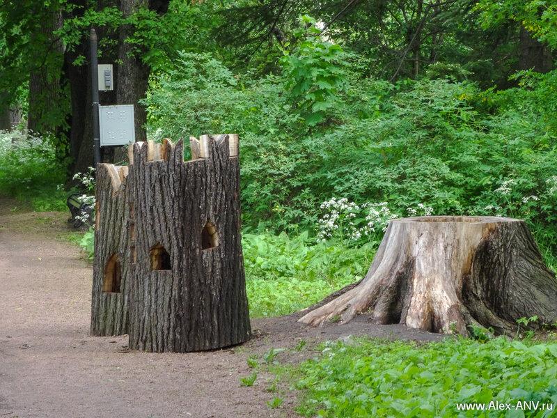 Спиленные стволы деревьев не выбрасывают, а используют в оформлении парка. Эти - ещё в процессе изготовления.