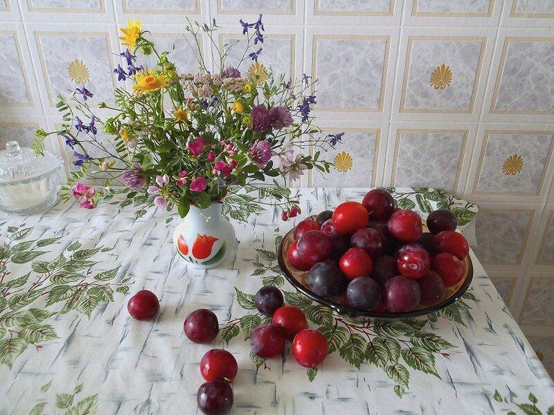 Алыча и полевые цветы