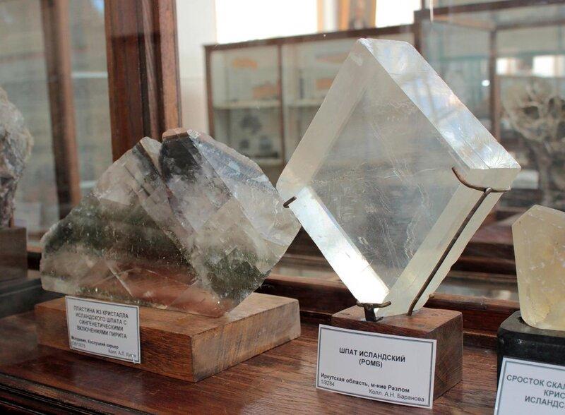 Пластина из кристалла исландского шпата с синтетическими включениями пирита; исландский шпат (ромб)