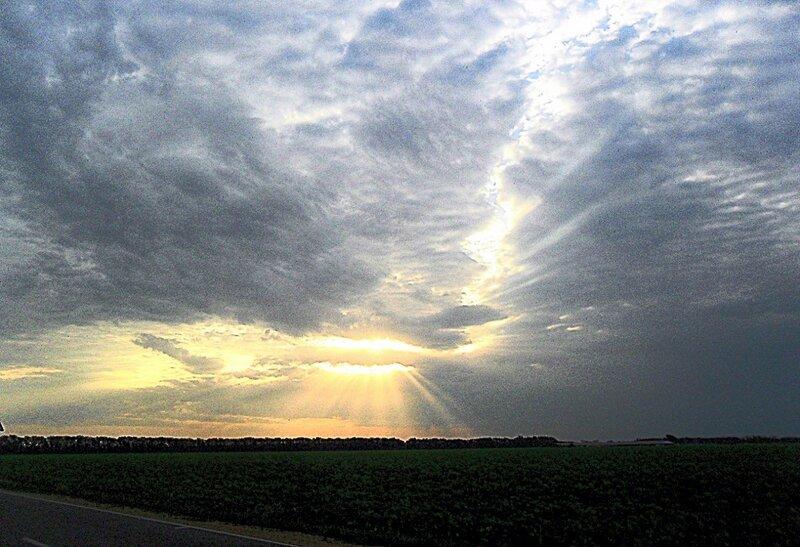 При облачном рассвете