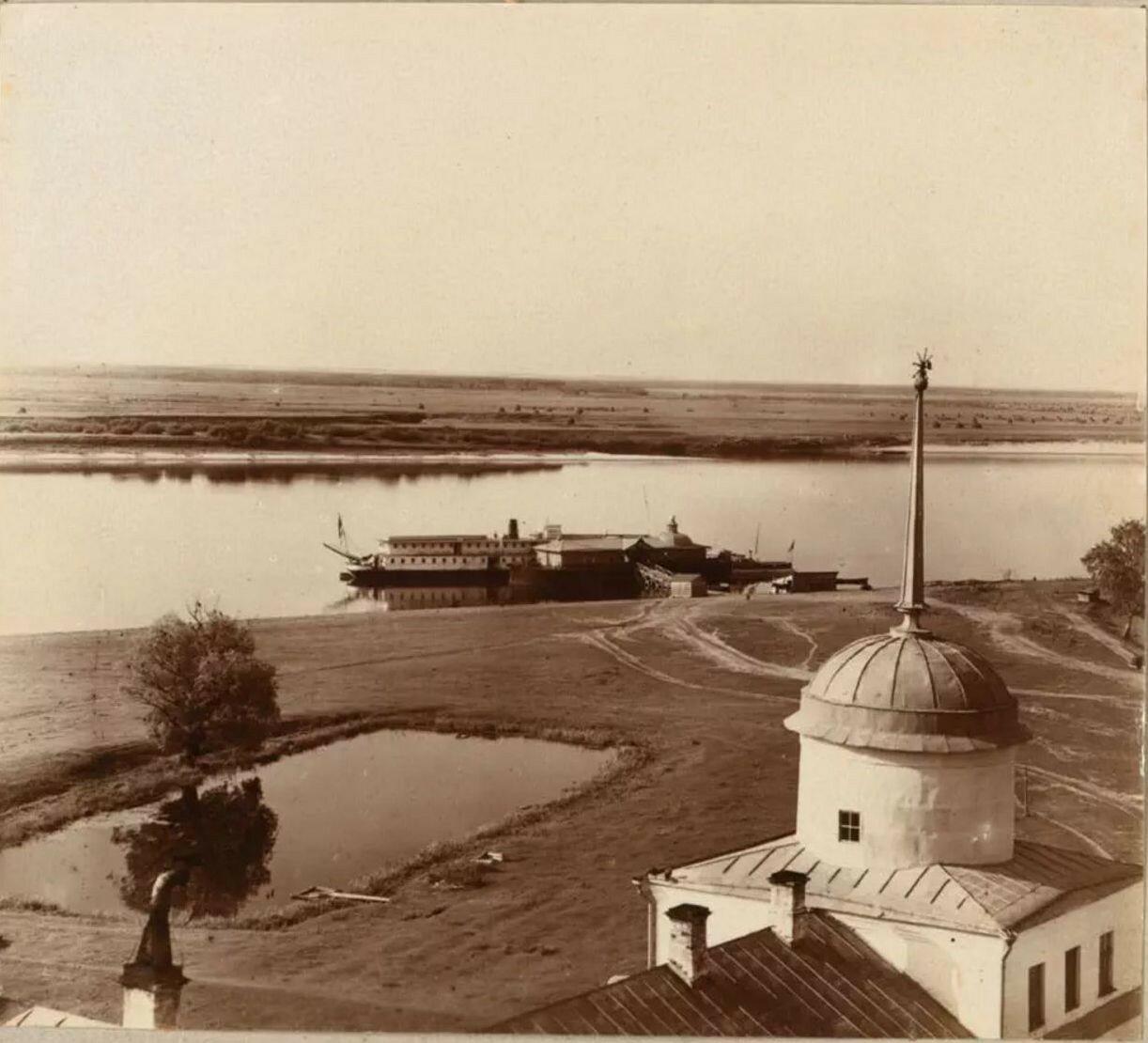 Николо-Бабаевский монастырь.  Пристань на берегу Волги возле монастыря
