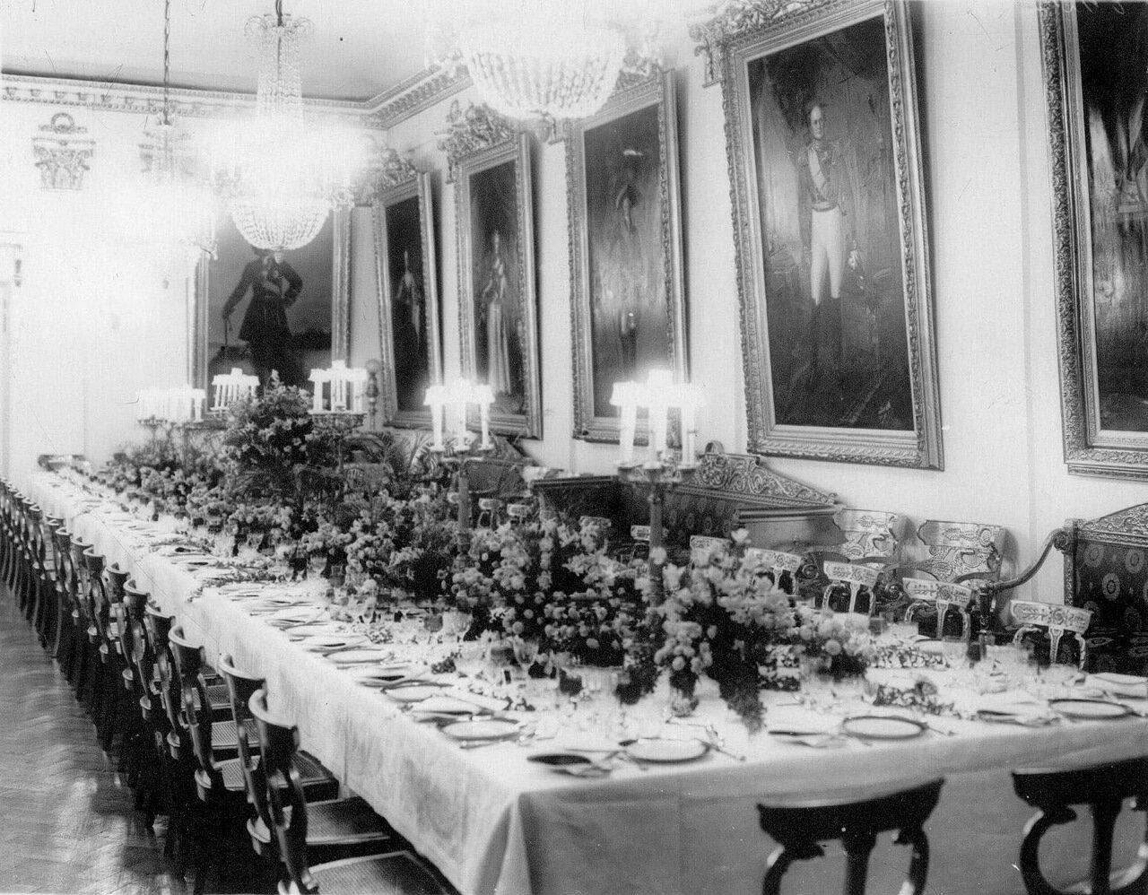 Квартира министра внутренних дел П.А.Столыпина (наб.р.Фонтанки, 16). Парадно сервированный стол в столовой