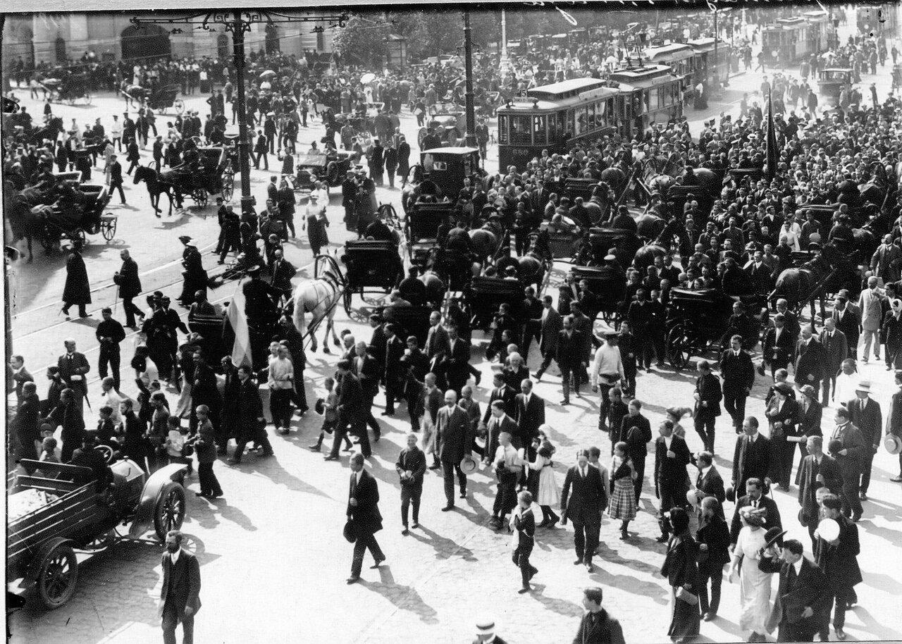 33. Скопление транспорта во время манифестации на углу Невского проспекта и Садовой улицы