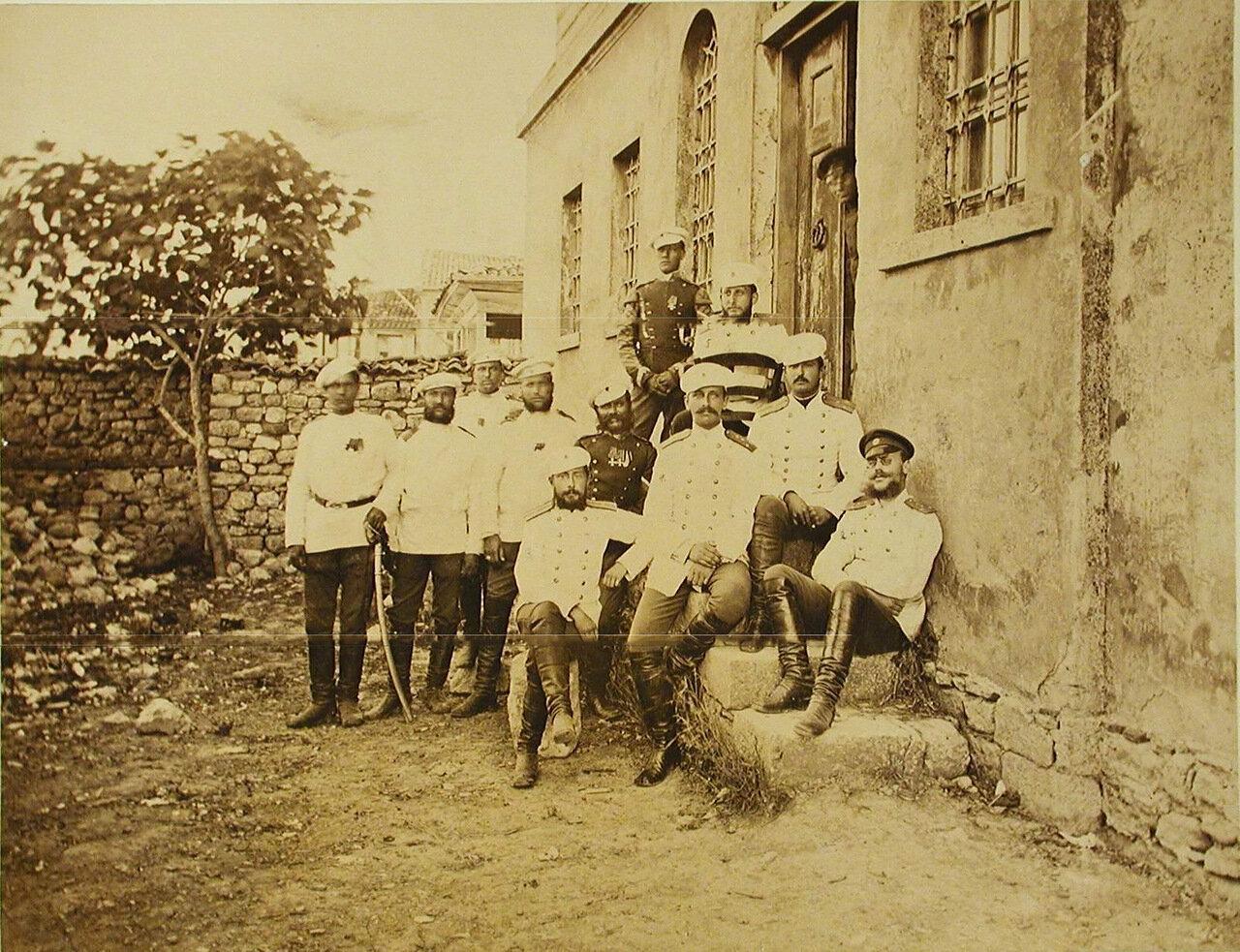 32. Группа офицеров у дома, где размещался штаб Лейб-гвардии Уланского полка. Турция. Ай