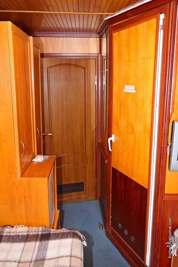 Двухместная одноярусная каюта №314 со всеми удобствами на средней палубе теплохода «Карл Маркс»