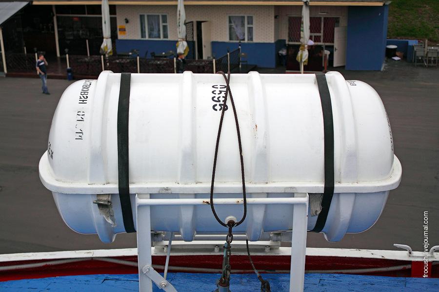 Контейнер со спасательным плотом по правому борту шлюпочной палубы