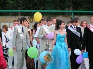 В школах Владивостока проходят выпускные вечера