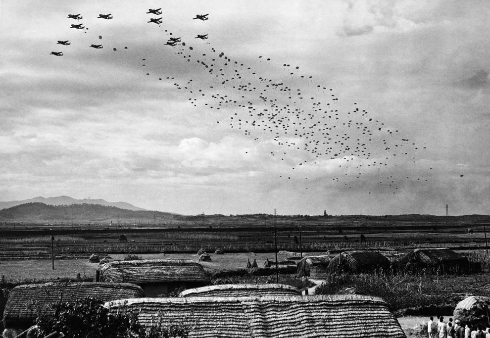 Парашютисты ООН прыгают из самолетов на территории Северной Кореи недалеко от городов Сукчхон и Сунчхон. (AP PhotoMax Desfor).jpg