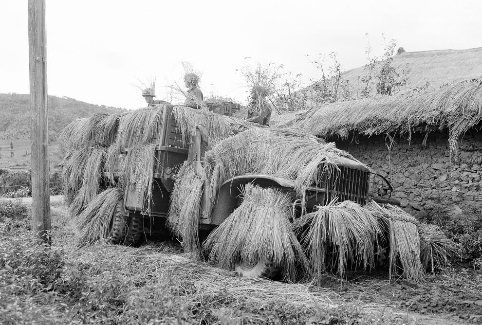 Американские солдаты в карауле перед командным постом, где-то на территории Южной Кореи. Машина замаскирована стогами сена, чтобы ее не было видно с воздуха, 12 июля 1950 года. (AP PhotoCharles P. Gorry).jpg