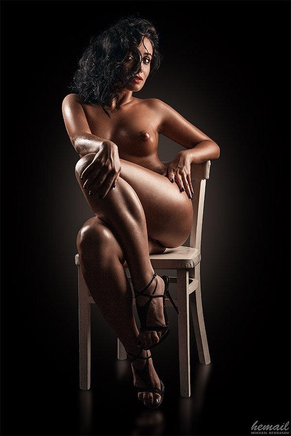 голая девушка на стульчике тоже