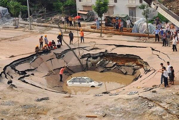 Самые необычные и огромные ямы на дорогах во всем мире 0 12cf92 9faeeb5a orig