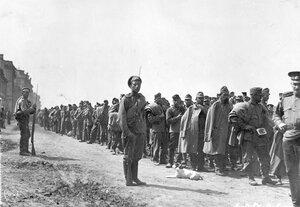 Колонна австрийских военнопленных с конвоирами на Воскресенской набережной у пристани Шлиссельбургского пароходства