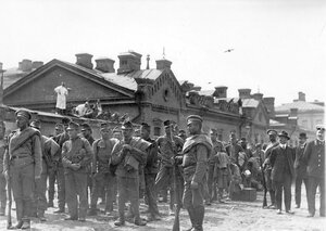 Группа австрийских военнопленных с конвоиром у Калашниковской пристани