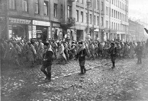 Колонна австрийских военнопленных в сопровождении конвоя проходит у дома № 40 по Суворовскому проспекту