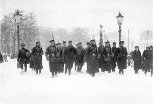 Пленные немцы с подбитого под Либавой Цеппелина идут под конвоем матросов Балтийского флотского экипажа по направлению к Петропавловской крепости