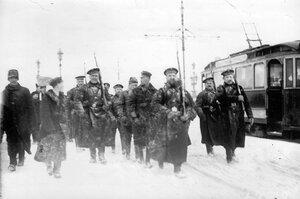 Пленные немцы с подбитого в районе Либавы Цеппелина идут под конвоем матросов Балтийского флотского экипажа по Троицкому мосту