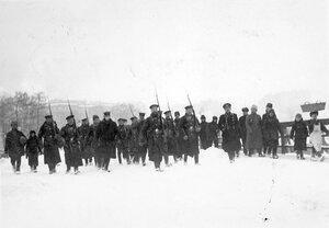 Пленные немцы с подбитого в районе Либавы Цеппелина идут под конвоем матросов Балтийского флотского экипажа через Петропавловский мост