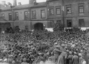 А.Ф.Керенский выступает на митинге во дворе казарм запасного батальона полка.