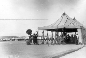 Император Николай II , высший офицерский состав и почетный караул у царской палатки  в день празднования 25-летнего юбилея шефства Николая II над полком.