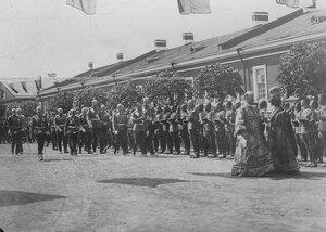 Священники, император Николай II со свитой проходят мимо выстроившегося Конно-гренадерского полка в день открытия памятника шефу полка , великому князю Михаилу Николаевичу .