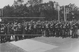 Группа лиц командного состава во главе с командиром полка генерал-майором Я.Б. Преженцовым у Екатерининского парка  в день 200-летнего юбилея полка.