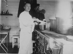 Повар за приготовлением обеда на кухне баржи-лазарета Московский