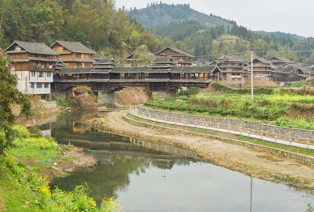 13. Другой Мост Ветра и Дождя (The Wind and Raing Bridge) в деревне Chengyang в Китае