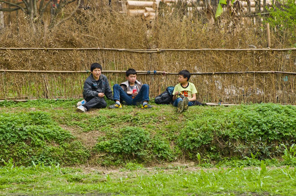 16. Используем для скрытой съемки телеобъектив Никкор 70-300, получаем другой результат. Дети в деревне Ма Ан в районе Chenhyang.