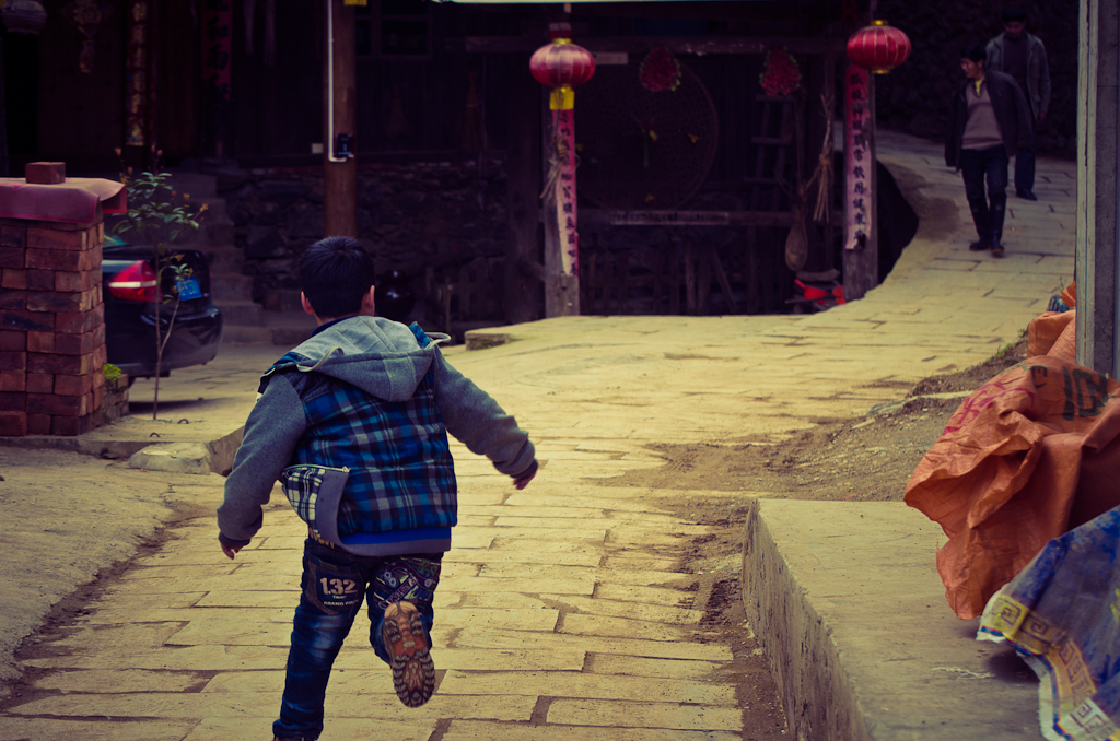 21. Устроил с китайскими детишками игру в догонялки. Отзыв об экскурсии по деревне Ма'ан в Китае.