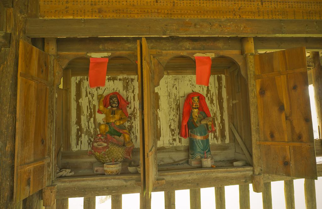 7. Бог в одной из ниш Моста ветра и дождя в деревне Ма'ан. Отчеты туристов о поездке по Китаю самостоятельно.
