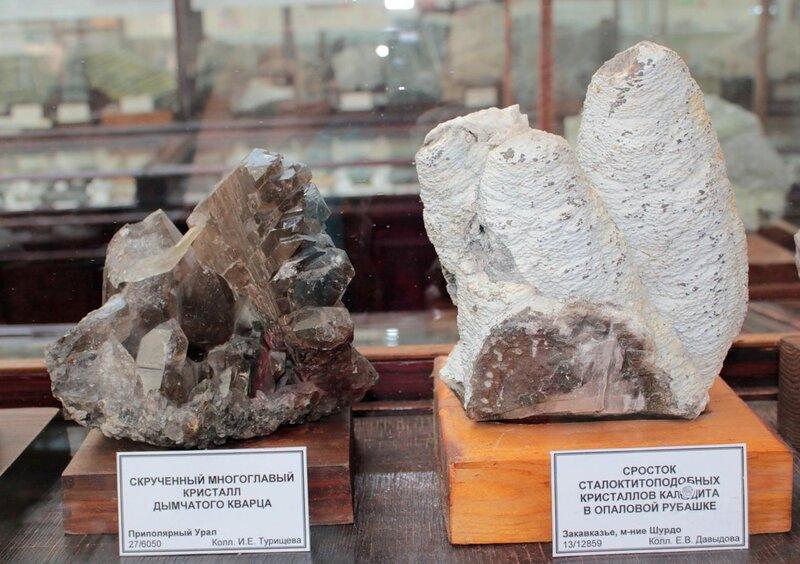 Скрученный многоглавый кристалл дымчатого кварца; сросток сталактитоподобных кристаллов кальцита в опаловой рубашке