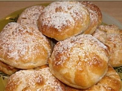 Пирожки с творогом и клубникой