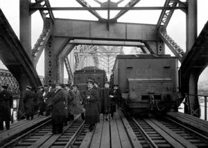 Проверка грузоподъемности нового моста через Даугаву. 1914