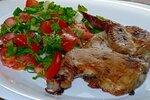 Цыплёнок табака  с салатом из помидор