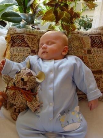 Во время сна бедра ребенка широко разведены, колени согнуты