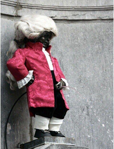 писающий мальчик в костюме