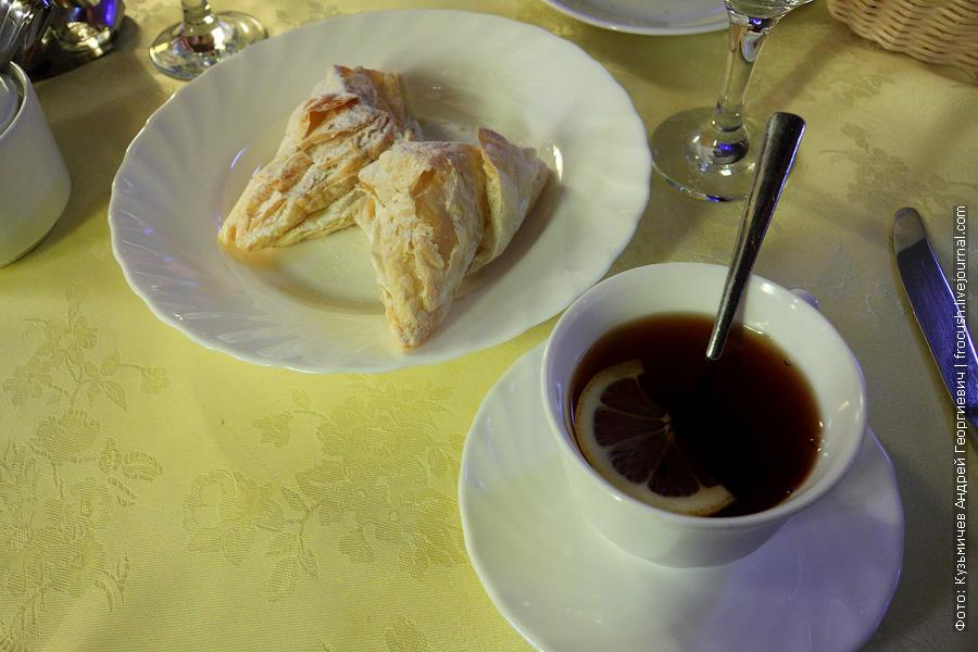 «Бантик» из слоеного теста, чай с сахаром и лимоном