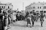 Жители Орла встречают воинов Красной Армии. 5 августа 1943 г.jpg