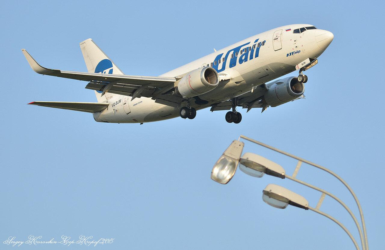 Boeing 737-524 UTair VQ-BJM.JPG
