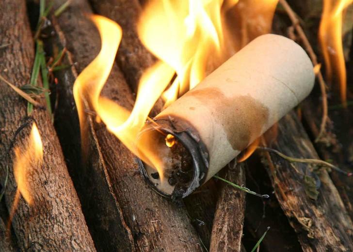 3. Самодельный разжигатель огня из пустых трубок из-под бумажных полотенец или туалетной бумаги и во
