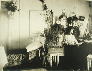 Вид части комнаты врача на барже-лазарете Санкт-Петербургского биржевого комитета