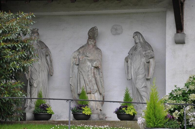 Münsterlingen, ehemalige Klosterkirche St. Remigius, Originale Fassadenfiguren (Hl. Walburga, Hl. Remigius, Hl. Walburga)