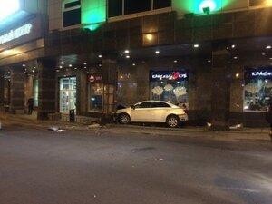 В центре Владивостока автомобиль врезался в торговый центр